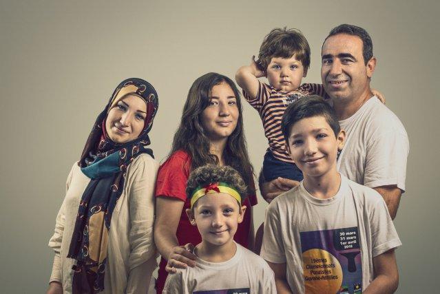 Fadia Saoud et Mohamed Al Khatib, 32 et 42 ans, avec leurs quatre enfants âgés de 2, 8, 11 et 14 ans. Leur maman leur a confectionné des bandeaux aux couleurs de la Guyane, spécialement pour les matchs.