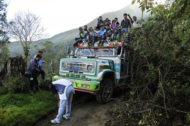 Cauca, Colombie, 2013. Une chiva, bus coloré installé sur un châssis de camion et desservant les zones rurales de la région, se fraye tant bien que mal un passage sur les routes escarpées du Nord du Cauca.