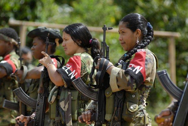 Cauca, Colombie, 2008. Un groupe de combattants de l'ELN rend les derniers hommages à un de leurs camarades, mort quelques jours auparavant.