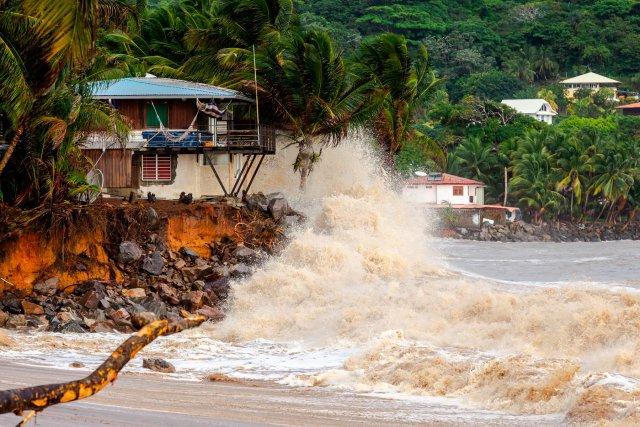 Sur la plage des Salines et de Montravel, certaines habitations ont été menacées, et parfois emportées lors des grandes marées de 2013.