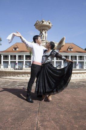 Marinera Norteña sur la Place Léopold Héder. Danse originaire de la côte nord du Pérou.