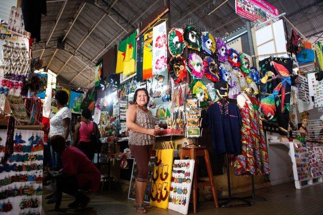 Elizabeth Waller tient un stand de souvenirs au marché de Cayenne.