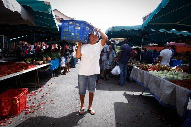 Omar Cabrera Bocanegra transporte les caisses de fruits et légumes au marché de Cayenne.