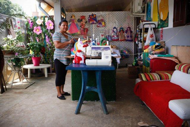Blanca Alzamora, décoratrice, dans son atelier à Cayenne.