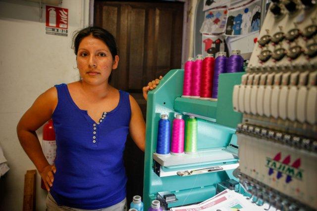Dina Murga au service de broderie sur t-shirt pour une entreprise de sérigraphie guyanaise.
