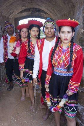 Cuzqueños au Fort Céperou. Danse de la Valicha originaire de la région montagneuse du Pérou.