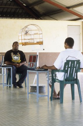 Juges comptabilisant les chants des deux pikolets en compétition, durant un tournoi comptant pour le championnat des Guyanes, préau de l'école, Cité Chatenay, Cayenne.