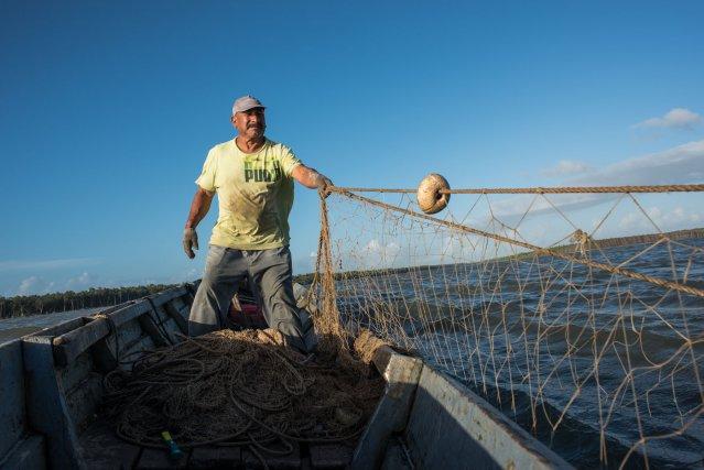 En Guyane, la petite pêche côtière est pratiquée avec des filets droits, de moins de 2,5km. Estuaire de la Mana.