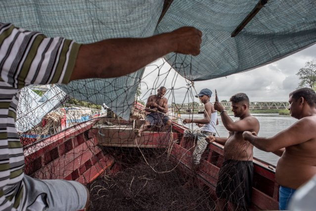 Un équipage ramende les filets a bord d'un navire de pêche au port de Sinnamary. Photos Johan Chevalier