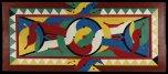 Autrefois très élaborés, les décors de façade de maisons bushinengué se limitent aujourd'hui à la porte ou à son encadrement. L'utilisation de peintures industrielles, aux couleurs vives et brillantes, accentue les contrastes. Les motifs peints ou sculptés sont toujours élaborés dans une parfaite symétrie.