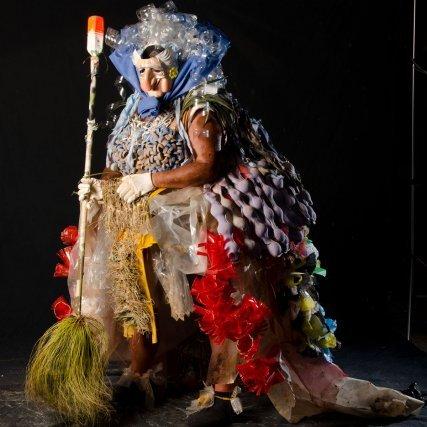 La balayeuse représente la famille guyanaise, traditionnellement munie de son balai, symbole du nettoyage et de la purification, elle est ici habillée à la marquise. Tony a voulu lui donner de l'élégance du fait de son génie de la propreté et se moquer par la même occasion des marquises qui ne passent jamais le balai !