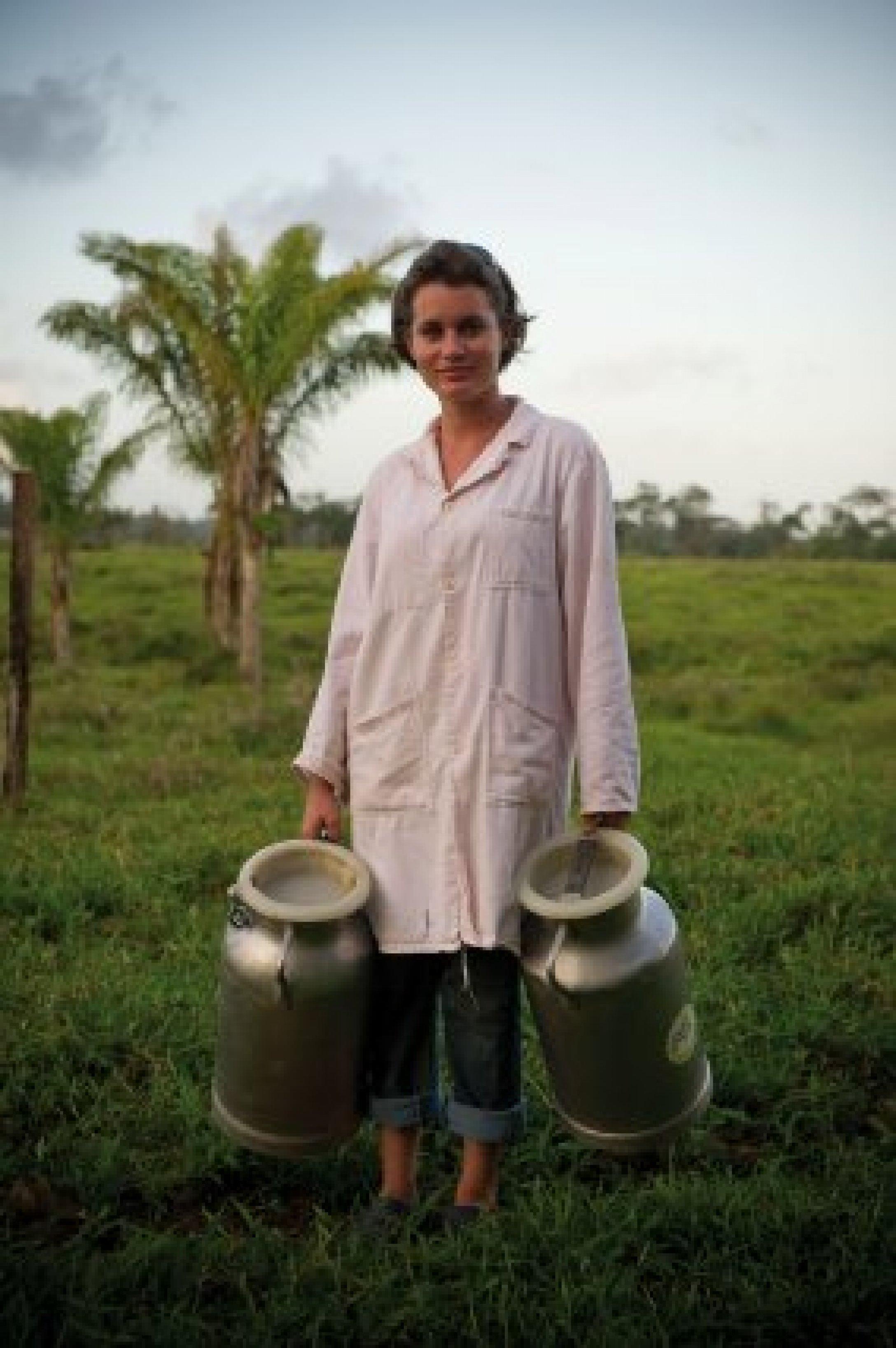 Guyane – La Ferme de Lait-quateur.Déplacement de bidons contenant du lait.