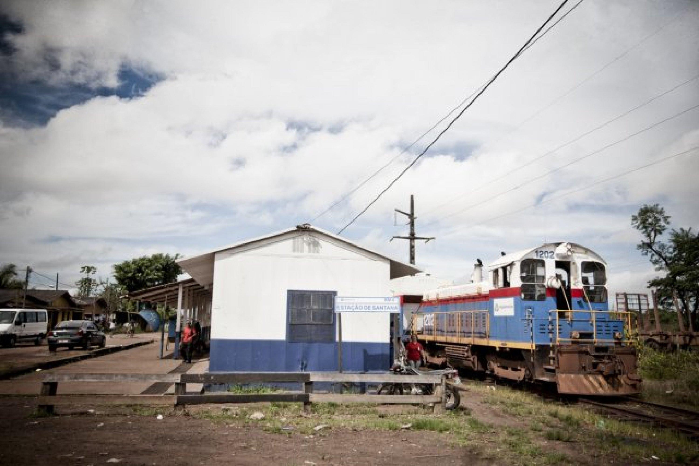 Le trajet débute dans la petite station de Santana dans le port du même nom. Il fut au départ construit pour permettre l'exportation du manganèse par la société américano-brésilienne Icomi. Il est aujourd'hui l'un des trois plus grands ports de passagers de l'Amazone.