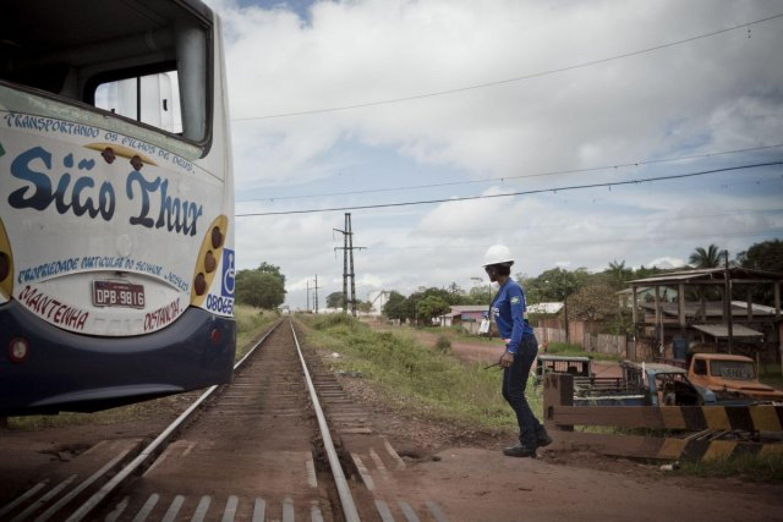 Il n'y a pas de barrière au passage à niveau. Un employé de la société Anglo-American régule la circulation lorsque le train traverse la ville de Santana.