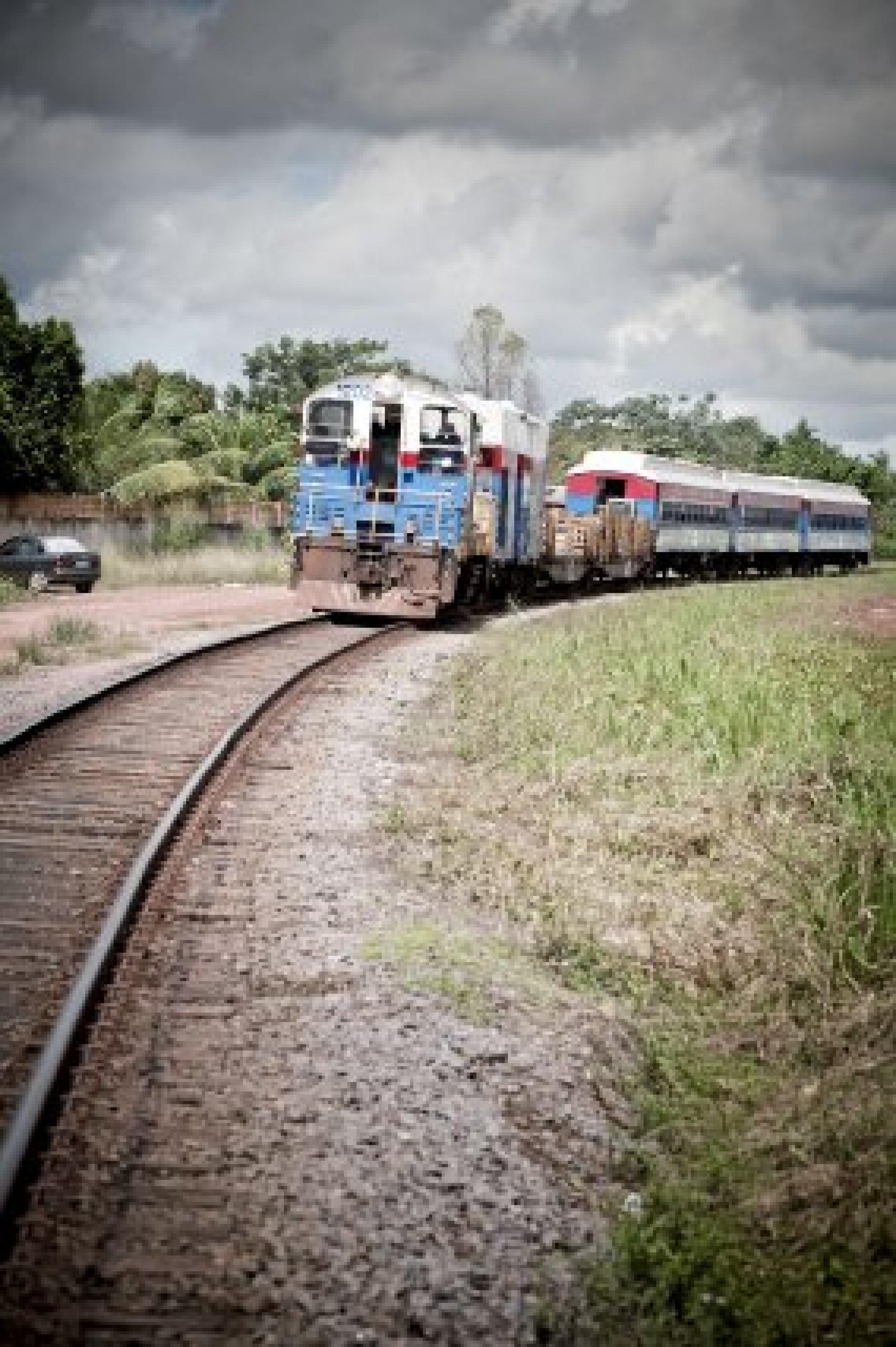 Le train quitte la ville de Santana, direction la ville de Serra do Navio.
