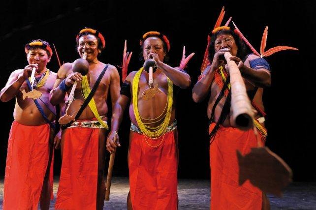 Les wayampi du Haut-Oyapock à Paris sur la scène du Festival de l'Imaginaire.