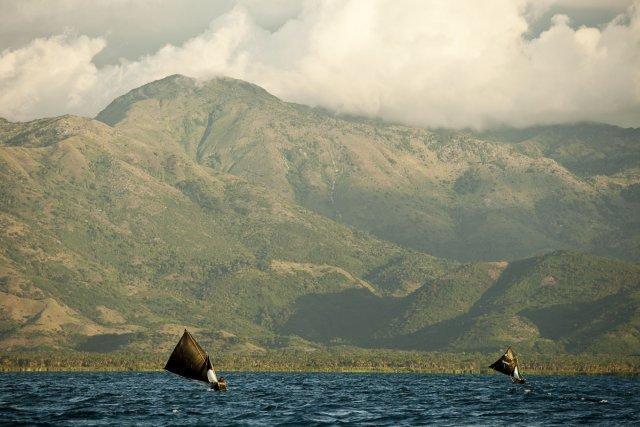Dès les premières lueurs de l'aube, les pêcheurs sillonnent la baie d'Aquin sur leur bwa fouyié*