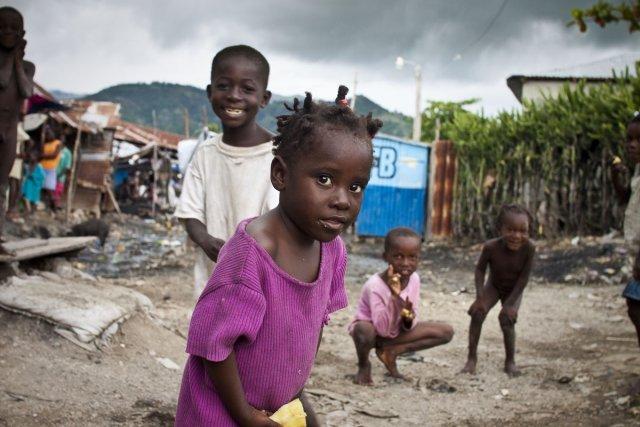 Les enfants sur le marché à Aquin.