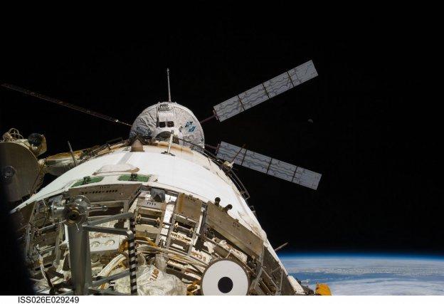 L'ATV2 Johanns Kepler le 24 février 2011 avant son docking à 10h59 à l'extrémité arrière de l'ISS.