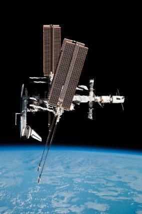 """La dernière navette, Endeavour, s'est """"dockée"""" à la station ISS pour une ultime mission le 24 mai 2011. L'ATV2 Johann Kepler est situé à l'opposé, ici tout à gauche de la station."""