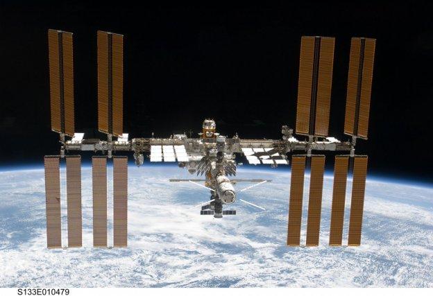 La station spatiale internationale, désormais dans sa forme définitve, occupe la surface d'un terrain de foot. Elle se déplace à 7,7 km/s, et pèse 400 tonnes. Au centre et au premier plan, l'ATV est connecté à l'arrière pour six mois de service.