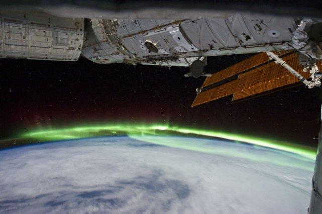 Aurore boréale sous la station ISS en orbite sur le nord de l'Europe, le 11 décembre 2011.