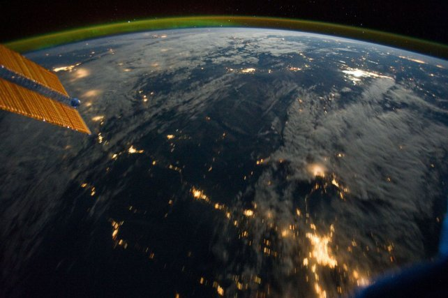 La nuit vue depuis la station spatiale ISS (2011). A gauche, un morceau des panneaux photovoltaïques de la station.