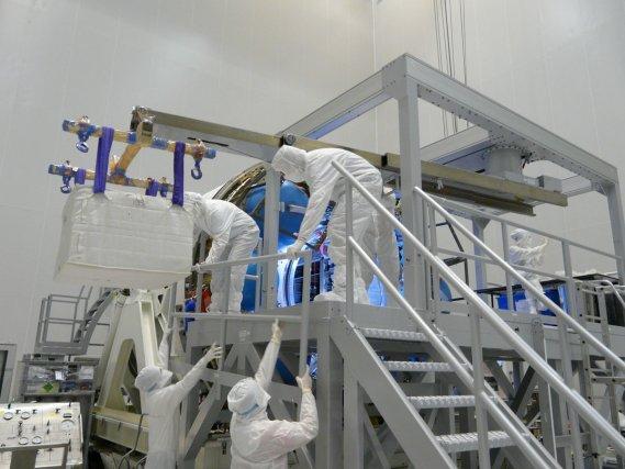 Chargement de l'ATV3 Edoardo Amaldi. dans le bâtiment EPCU à Kourou le 28 novembre 2011 (en haut)