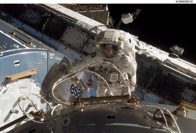 Sortie extravéhiculaire (dans l'espace) autour la station ISS d'un astronaute allemand de l'Agence Spatiale Européenne .