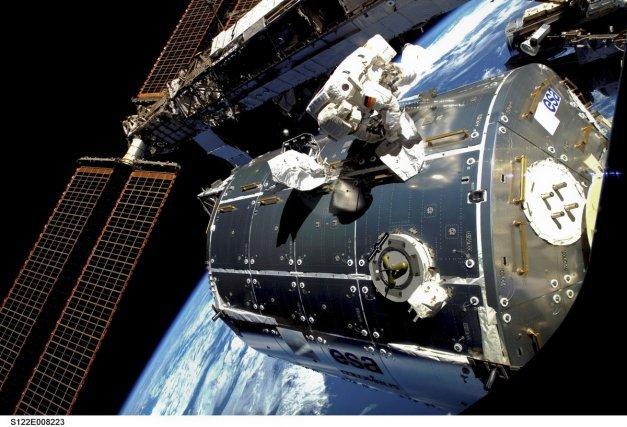 Sortie extravéhiculaire (dans l'espace) autour de la station ISS d'un astronaute allemand de l'Agence Spatiale Européenne .