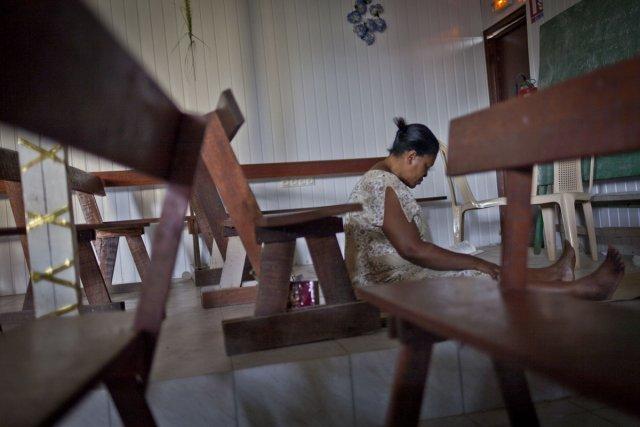 Une femme s'est isolée pour prier durant un service de prière.