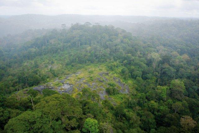 La ZNIEFF de la borne 4 se situe à la frontière sud de la Guyane : elle surligne la ligne de partage des eaux entre le bassin versant de l'Amazone (Rio Jari) au sud et le bassin versant du Maroni.