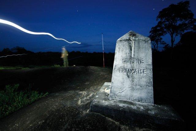 La ZNIEFF de la borne 4 se situe à la frontière sud de la Guyane : elle surligne la ligne de partage des eaux entre le bassin versant de l'Amazone (Rio Jari) au sud et le bassin versant du Maroni. La borne frontière n°4 a été bâtie sur un petit inselberg isolé dont le sommet plat permet un accès facile par hélicoptère. 90 minutes de vol sont nécessaires pour parcourir les 320 km qui la sépare de l'île de Cayenne.