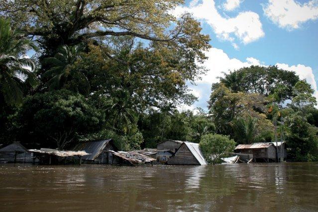 Inondation sur le Maroni à Loka en juin 2008.