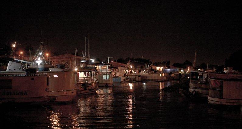A minuit,  la navette bondé part du port de pêche de Macapa pour remonter l'Amazone jusqu'à l'archipel de Bailique.