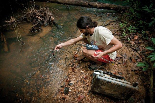 sur le terrain des équipes de chercheurs procèdent à des captures de poissons et d'invertébrés et effectuent des mesures physico-chimiques.
