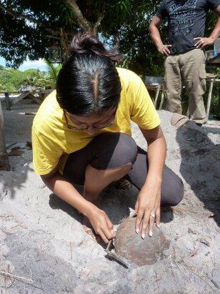 Découverte d'une jarre à eau (watrakan en kali'na) par Cindy.