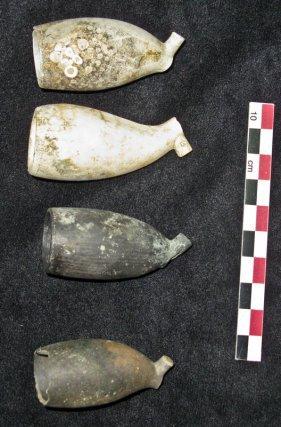 Pipes en terre retrouvées éparses sur le site.