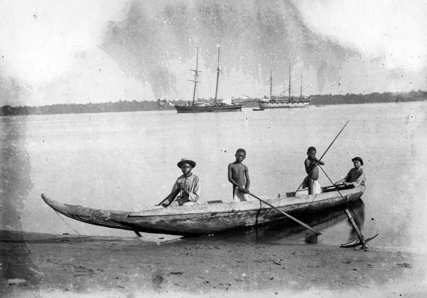 «Pirogue indigène». Album photo d'un médecin affecté au pénitencier de Saint-Jean, 1887-1889.