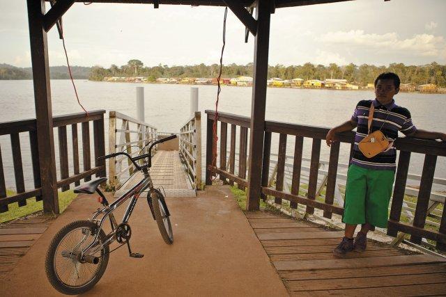 Sur le ponton de Maripa-Soula, face à la rive du Suriname. Avril 2011.