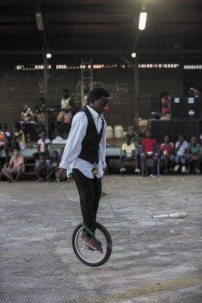 Monocycliste sur la place centrale de Maripa-Soula. Novembre 2016.