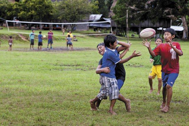 Partie de rugby à Antecume Pata, sur le Haut-Maroni. Mai 2012.