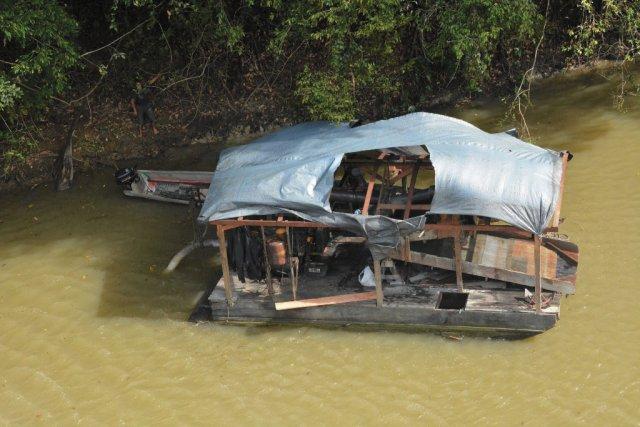 Barge illégale pompant les sédiments de la rivière Tampok. Novembre 2016.
