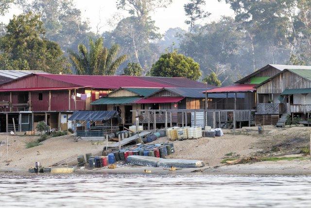 New Albina, face à Maripa-Soula, constitue une base arrière, logistique et économique, de l'orpaillage illégal en Guyane. Novembre 2016