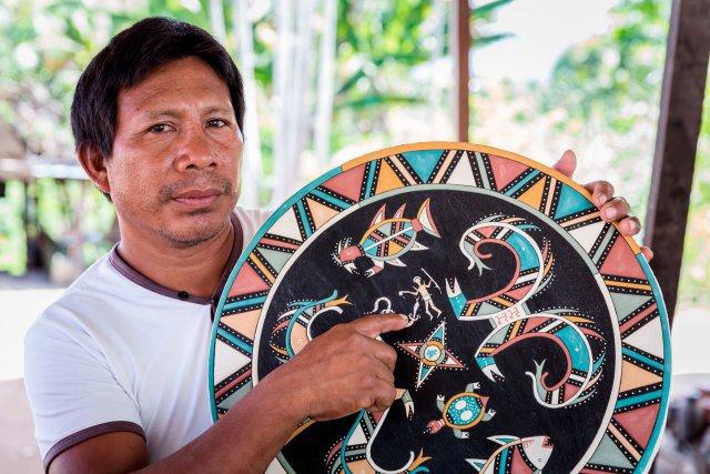 Aïmawale Opoya. Celui que tout le monde appelle Aïma a coupé les premiers arbres du site où se trouve aujourd'hui Taluen avec son grand-père, en 1986. Amérindien wayana fier de l'être, Aïma est très investi dans sa communauté. Il cherche à sauvegarder et transmettre sa culture, notamment en réalisant des ciels de case, des maluwana. Aïma est intarissable sur les motifs représentés, leur signification, l'histoire qu'ils racontent. Il a notamment réalisé le ciel de case du tukusipan (carbet communautaire) de Taluen.