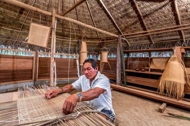 Capitaine Barbosa. Le capitaine d'Antecume-Pata représente le village. Les habitants viennent le voir quand ils ont des problèmes ou un conseil à demander. Grand porteur de savoirs et de savoir-faire, il transmet notamment aux jeunes ses connaissances sur l'art de la vannerie lors d'ateliers sous le carbet de transmission du village.