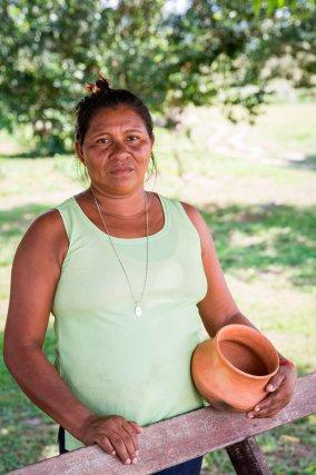 Linia Opoya. Fille et petite-fille de potière, Linia Opoya a repris le flambeau et réalise des bols, vases et autres récipients en terre cuite à Taluen. Elle récupère la terre à une journée de transport de là, dans une région située au sud de Pidima. Plusieurs mois de séchage sont ensuite nécessaires avant de pouvoir commencer à la travailler. Linia Opoya aimerait apprendre aux enfants de son village cette pratique; elle est aujourd'hui la seule potière à Taluen.
