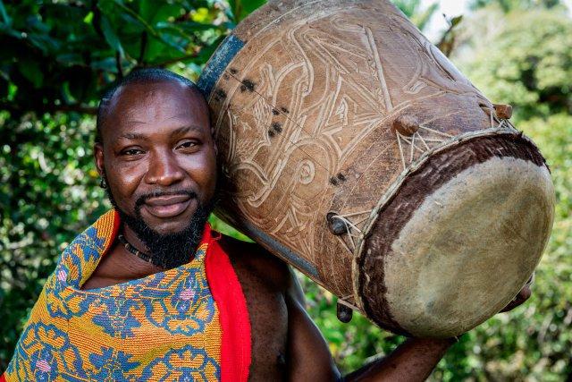 Wani Doudou. Wani a appris le tambour avec son père, le Gran Man Doudou, disparu en novembre 2014. Celui-ci lui a transmis la connaissance de la culture et de la tradition boni. Wani Doudou, qui joue lors des fêtes traditionnelles, souhaite également transmettre ces enseignements aux plus jeunes.