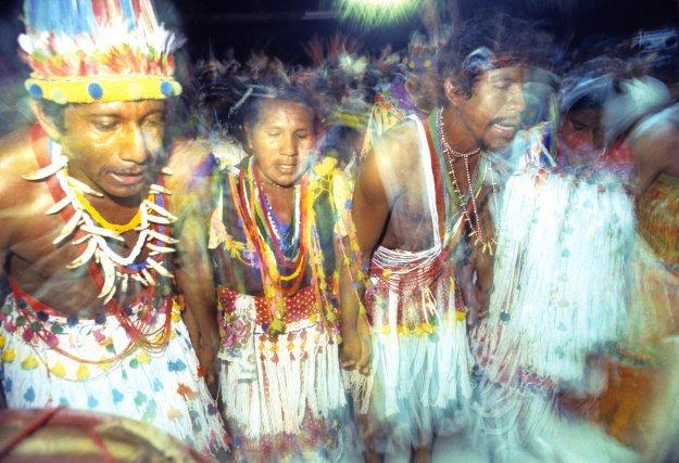 En décembre 1984, les Amérindiens de Guyane et du Suriname se rassemblent et expriment leur volonté de préserver leur culture.