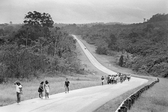 Décembre 1976, le groupe de manifestants en route pour Paramaribo.